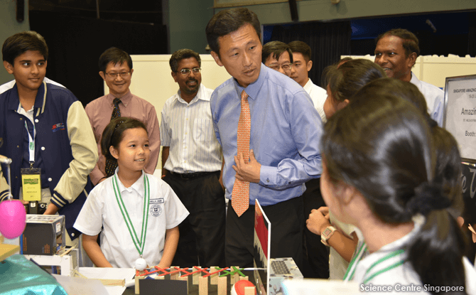Mr Ong Ye Kung visiting the booths of SAMC 2016 winners - St Hilda's Primary School