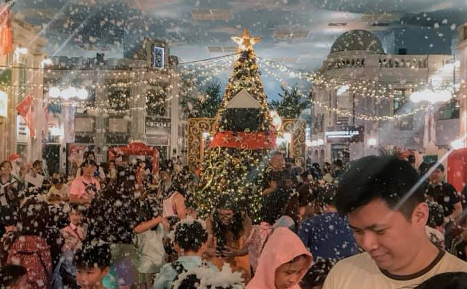 Experience a White Christmas in Singapore at Snowfall Party
