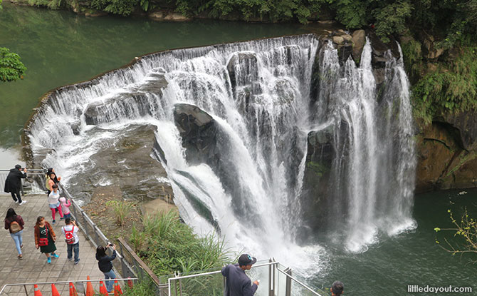 Visiting the Shifen waterfall with kids
