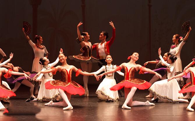 Enjoy Live Band And Ballerina Performances