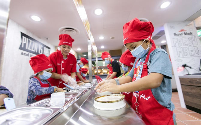 Kidzania pizza making