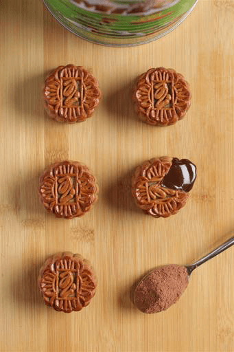 To get the lava effect for the Baked Mini Milo Dinosaur Mooncake, preheat the oven to 180 degrees Celcius, then reduce heat to 130 degree Celsius and bake the whole piece of mooncake (uncut) for three to five minutes.