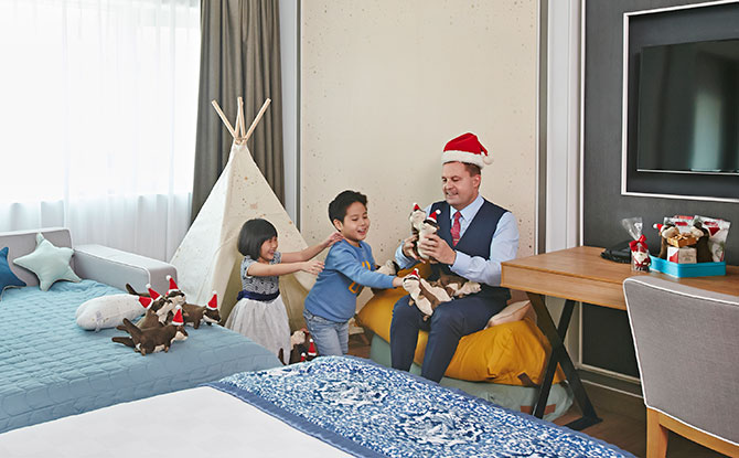 Orchard Hotel Launches Otter-Themed Family Staycation Package