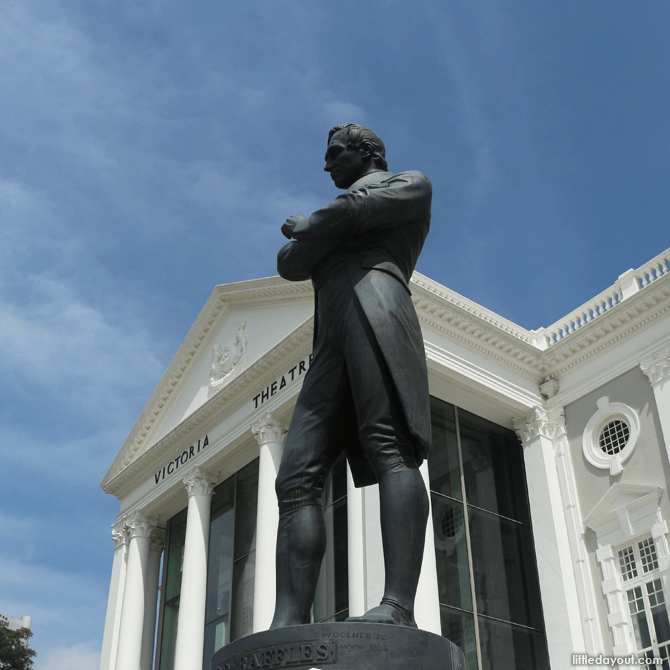 Statue of Raffles in front of Victoria Theatre and Memorial Hall