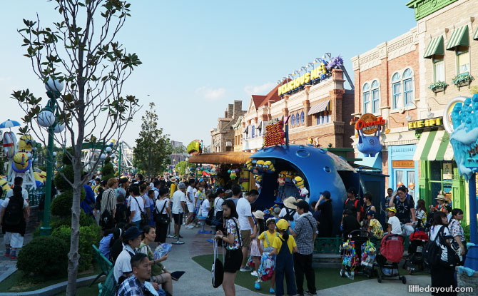Crowds at Minion Park, USJ