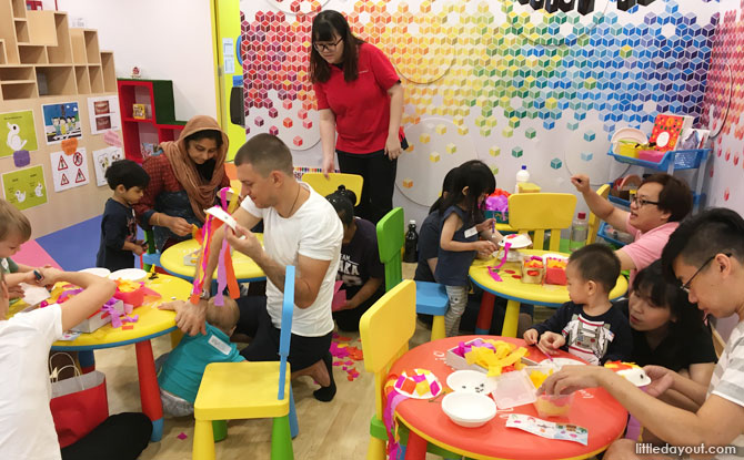 Families found the treasure – sea jelly – by making it themselves at the colourful art corner of MindChamps PreSchool @ Concorde Hotel (Orchard). The craft session was taught by MindChamps teacher Miss Shi Yan.