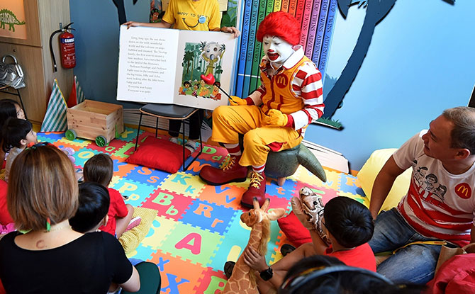 e2-Ronald-McDonald-conducting-a-storytelling-session-at-McDonald's-Marine-Cove